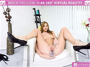 VR PORN-PAOLA MIKE- CLEANING WITH A faux-cock IN THE arse!
