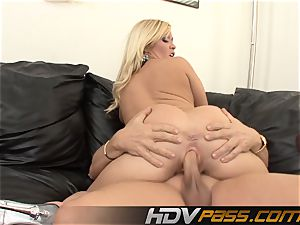 insane cougar Austin Taylor deepthroats And pounds