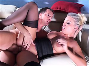 Britney Amber rails her gigantic arse on his trunk